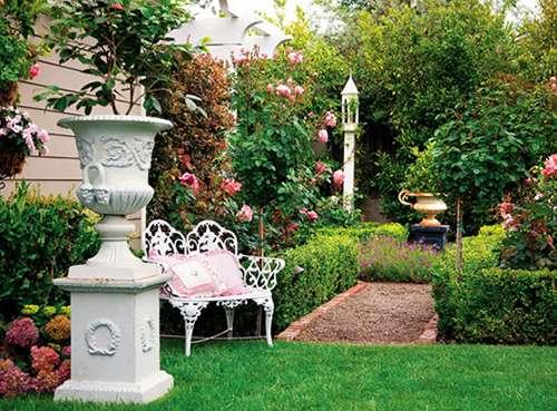 给别墅庭院设计中的绿色植物浇浇水